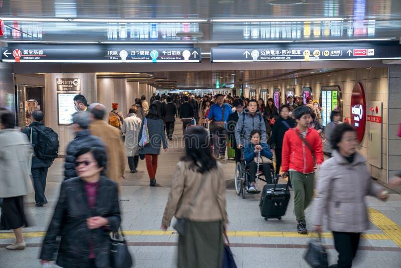 Distrito de Namba, Osaka, Japón - 3 de marzo de 2018: Los pasajeros japoneses dieron une vuelta en undergroud/subterráneo en la e foto de archivo