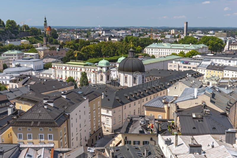 Distrito de Neustadt com a abóbada da igreja de trindade santamente de Dreifaltigkeitskirche, Salzburg Áustria imagem de stock