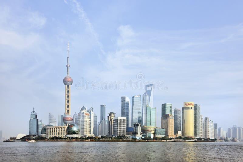 Distrito de Pudong visto del río Huangpu, Shangai, China foto de archivo libre de regalías