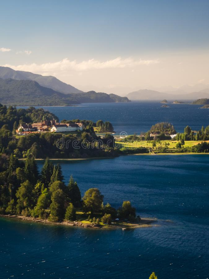 Distrito do lago argentine na opinião do nascer do sol do hotel de Llao Llao e do lago Nahuel Huapi do lago fotografia de stock royalty free