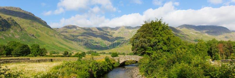 Distrito do lago valley de Langdale do rio de Mickleden Beck pelo Dungeon velho Ghyll os lagos Cumbria Inglaterra Reino Unido Rei fotografia de stock royalty free