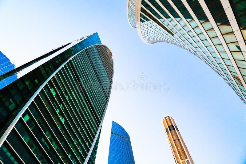 Distrito dos centros de negócios Fachada de vidro dos arranha-céus Cidade de Moscovo, Rússia Exterior da rua Prédio de escritório imagem de stock