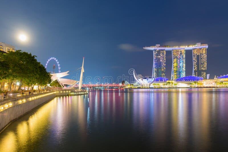Distrito financeiro de Singapura, céu crepuscular e opinião bonita da noite para a baía do porto imagens de stock royalty free