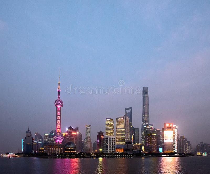 Distrito financiero de Pudong en la noche a través del río Huangpu fotografía de archivo
