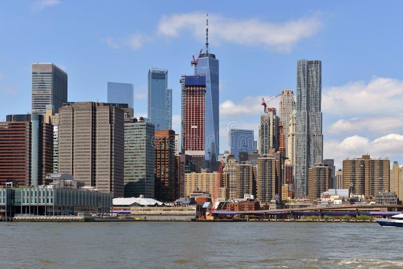 Distrito financiero del Lower Manhattan visto del embarcadero del parque del puente de Brooklyn New York City imagen de archivo
