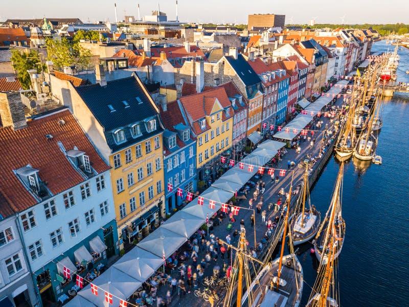 Distrito novo do canal e do entretenimento do porto de Nyhavn em Copenhaga, Dinamarca O canal abriga muitos de madeira históricos imagem de stock