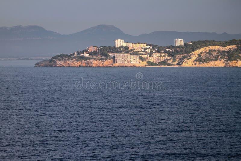 Distrito residencial habitado en la costa de mar Salou, Tarrogona, España imagen de archivo