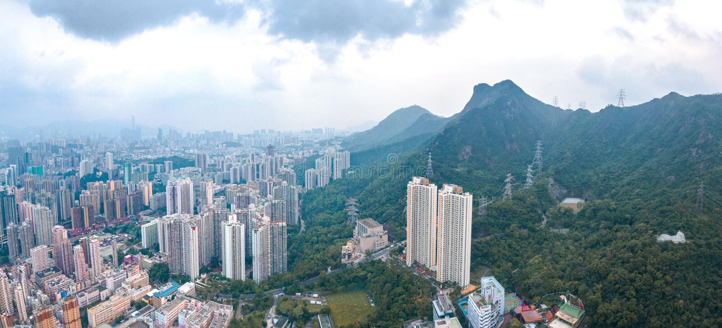 Distrito urbano sob o Lion Rock, Kowloon, Hong Kong, famoso marco foto de stock