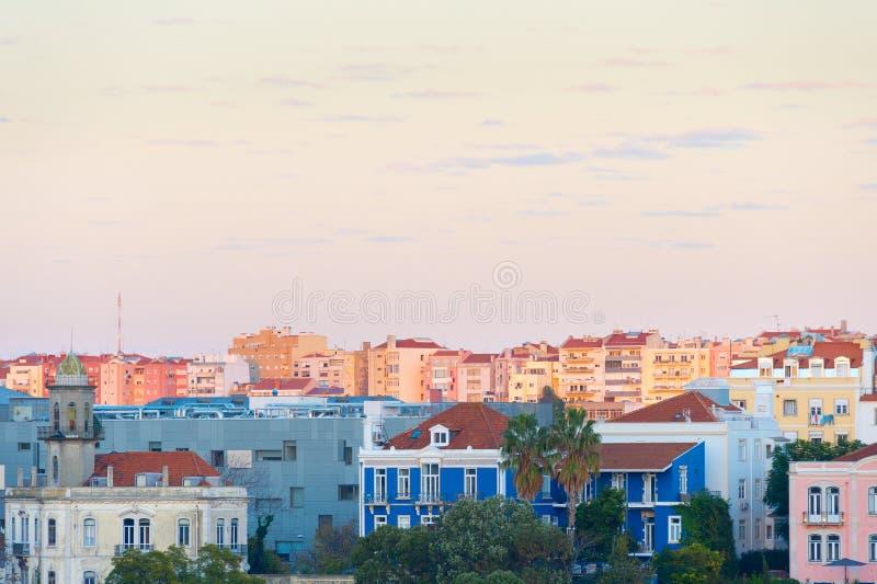 Distrito vivo típico de Lisboa del horizonte fotografía de archivo libre de regalías