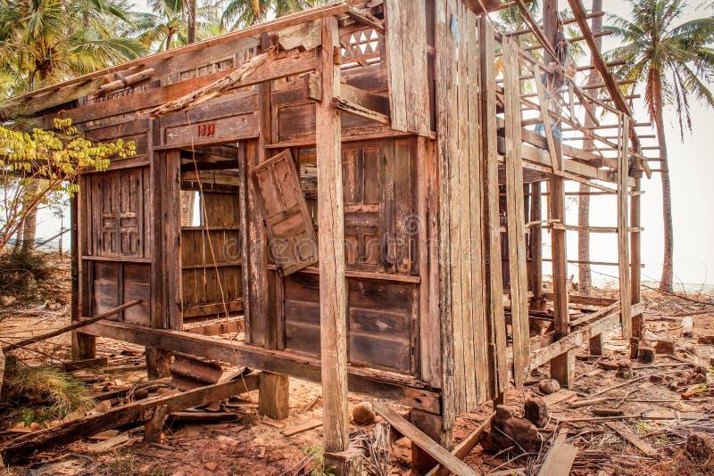 Distrutto a casa alla costa, rovina di legno della capanna/casa distrutta fatta di legno fotografia stock