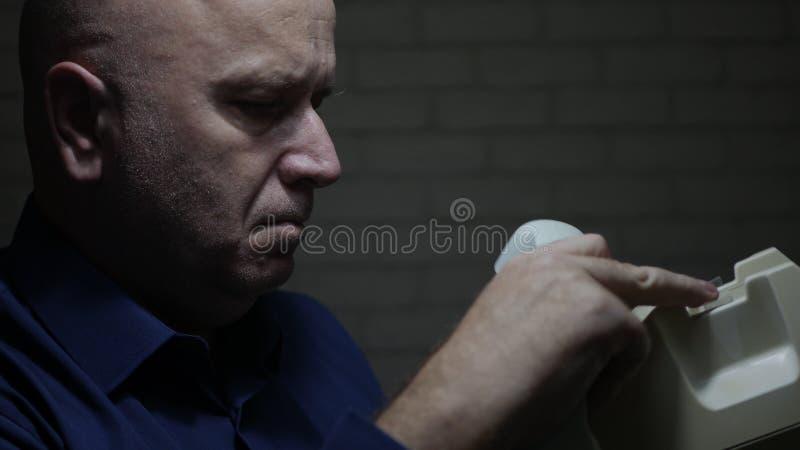 Disturbato l'uomo preoccupato e deludente fa una telefonata facendo uso di vecchio telefono fotografia stock