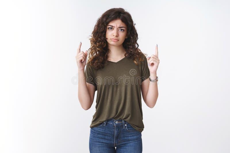 Disturbed contrarié laisser tomber la jeune petite amie arménienne sulfureuse qui pointe du doigt les doigts levés en froissant d photos stock