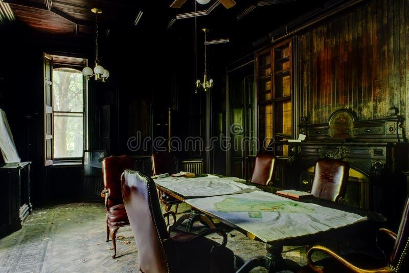 Disused drewna Kasetonowa biblioteka - Zaniechany dwór obrazy stock
