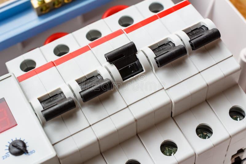 Disyuntores automáticos instalados en el primer de montaje de la caja foto de archivo