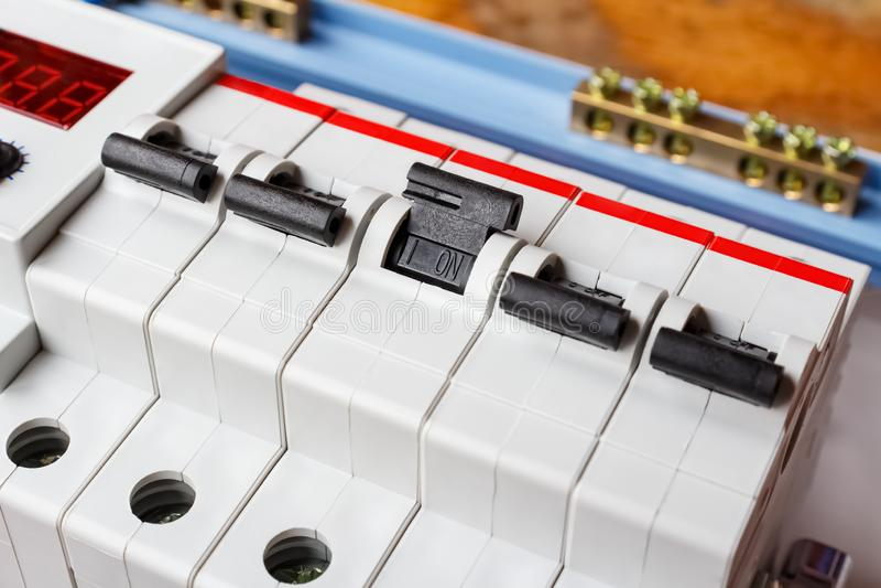 Disyuntores automáticos instalados en el primer de montaje de la caja imagen de archivo libre de regalías