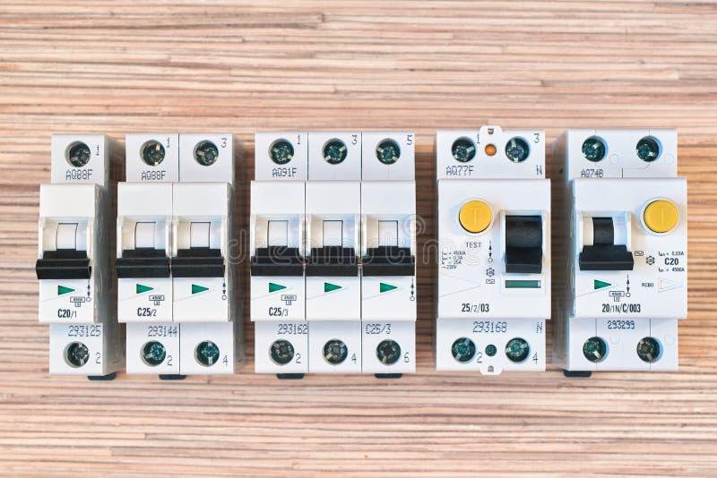 Disyuntores eléctricos modulares, RCD y diferencial automáticos imagenes de archivo