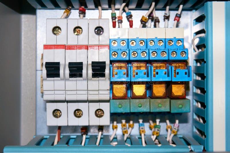 Disyuntores y retransmisiones eléctricas con los alambres conectados imágenes de archivo libres de regalías
