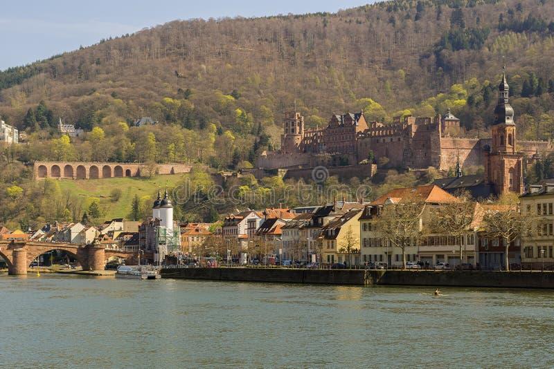 Dit is de mening van de Neckar aan de oude ruïnes van Kasteel Heidelberg stock foto's