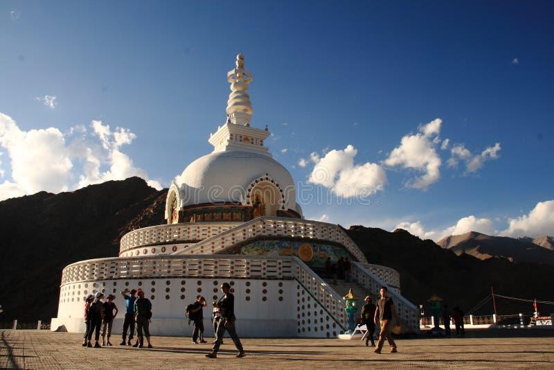 Dit is een documentair beeld van Shanti Stupa, Leh Ladakh India op 24 Juli 2013 stock fotografie