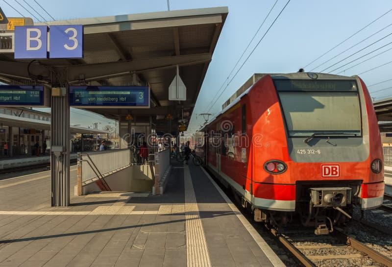 Dit is een openluchtplatform en een trein houdt op stock afbeelding