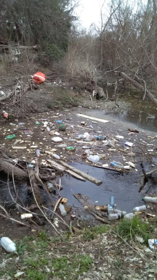 Dit een rivier niet een vuilnisbak stock fotografie