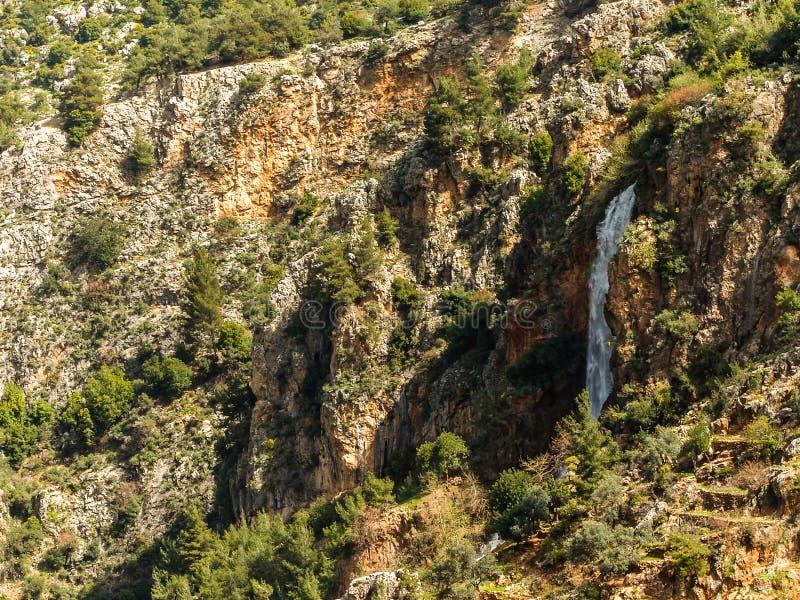 Dit is een Vallei in hoogtepunt het Noord- van Libanon van bergen, waterval en holen royalty-vrije stock afbeeldingen