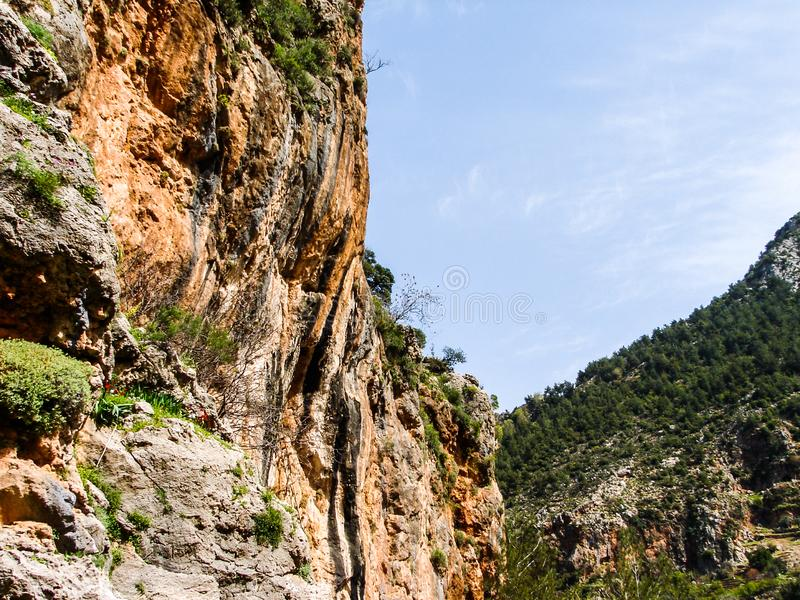 Dit is een Vallei in hoogtepunt het Noord- van Libanon van bergen, waterval en holen royalty-vrije stock afbeelding