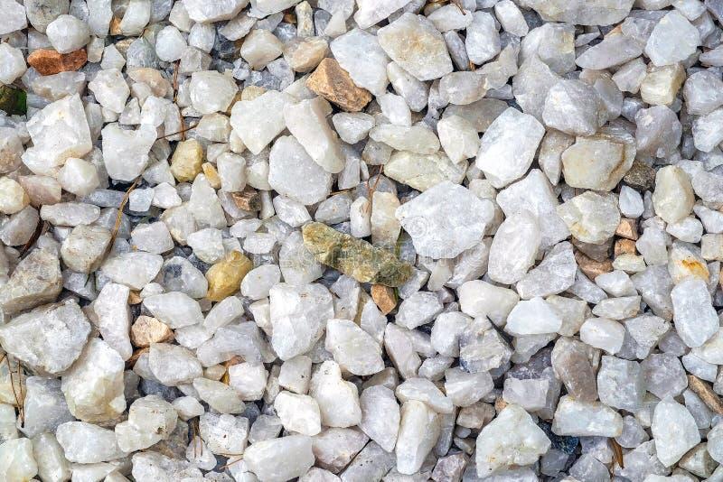 Dit is een verpletterde witte steenachtergrond Witte verpletterde steen De sporen van de grintdeklaag stock afbeelding