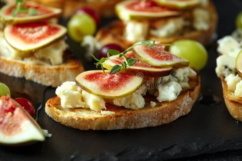 Dit Fig. en Gorgonzola-tartines, toost, bruschetta Gemotregend met honing royalty-vrije stock foto's