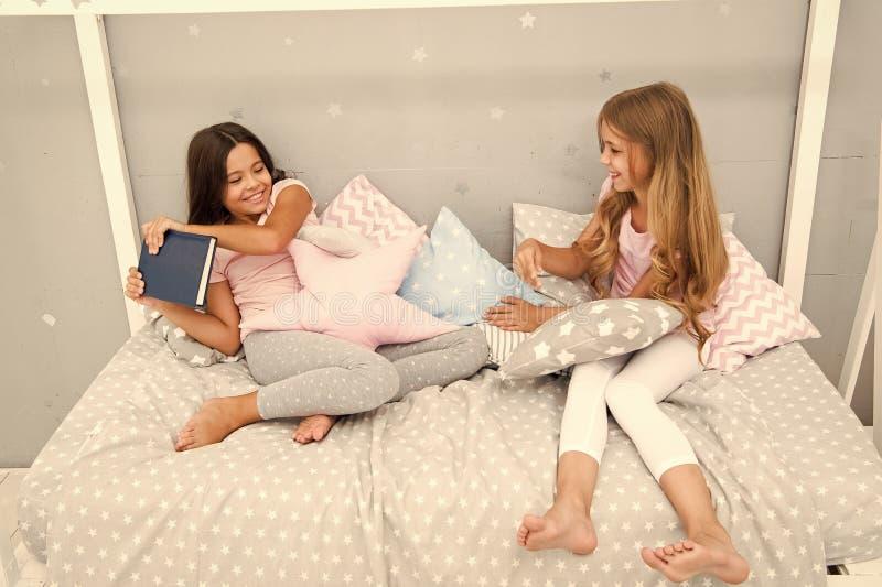 Dit is mijn boek Gulzig jonge geitjesconcept De kwesties van zustersrelaties Aandeelboek met vriend De kinderen in slaapkamer wil royalty-vrije stock afbeeldingen