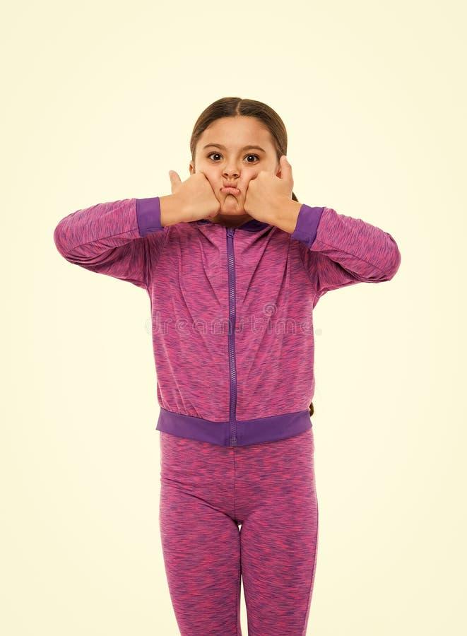 Dit is ontzagwekkend Het jonge geitje toont duimen Het meisje totaal gelukkig in liefde dierbaar van of adviseert hoogst Beduimel stock fotografie