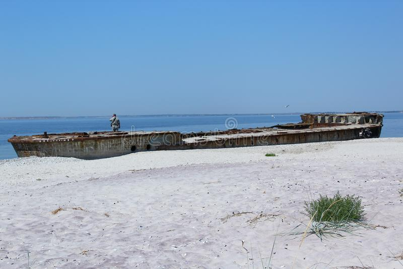 Dit oude en roestige schip is op het Kinburn-Spit stock fotografie