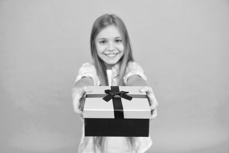 Dit is voor u Weinig shopaholic gevend die heden in doos wordt verpakt Klein die kind met giftdoos met lintboog wordt gebonden le royalty-vrije stock fotografie