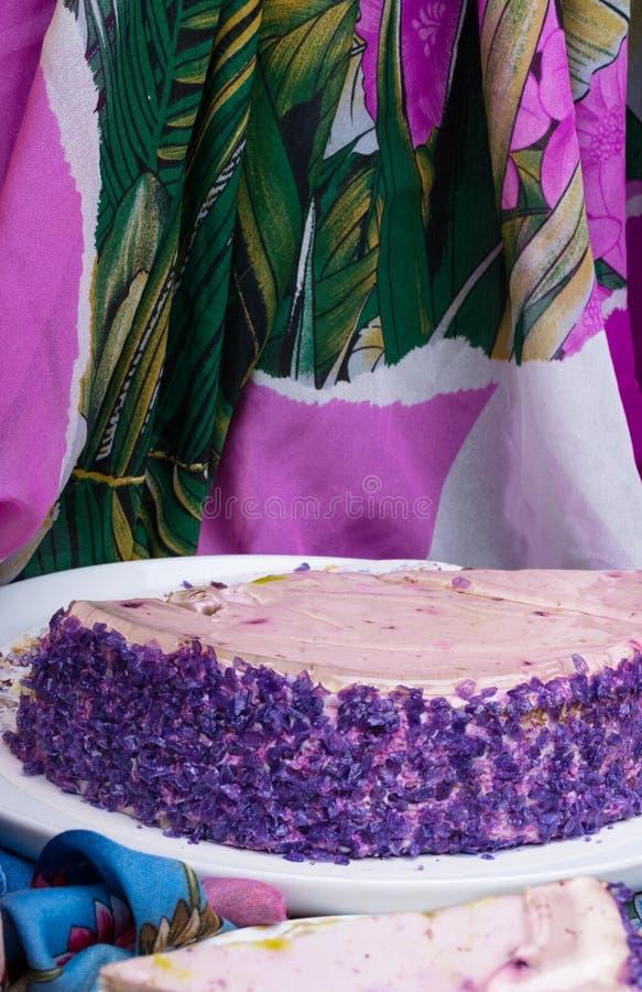 Dit is yummy purpere yamcake Het wortelgewas, dat een sublieme donkerpaarse kleur heeft, maakt de smaak zacht en zoet stock foto