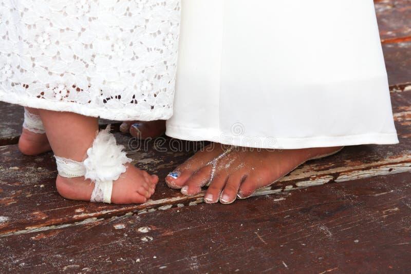 Dita del piede della ragazza di fiore e della sposa fotografia stock libera da diritti
