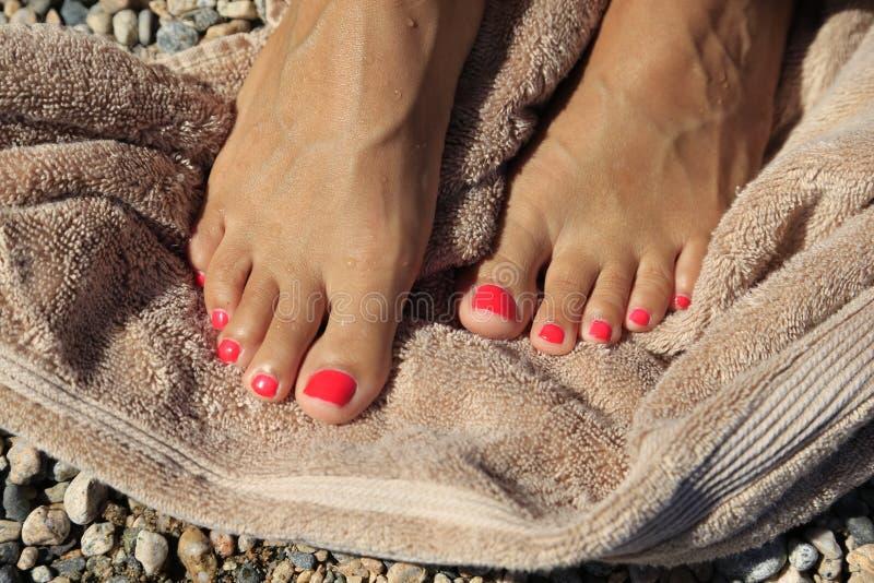 Dita del piede di pedicure sull'asciugamano di spiaggia fotografie stock
