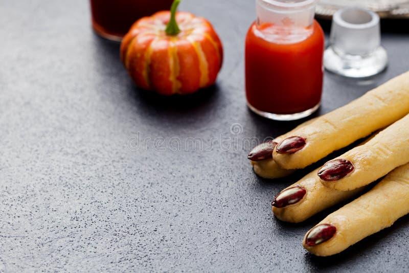 Dita di Witchs dei biscotti, cocktail sanguinoso Halloween immagine stock