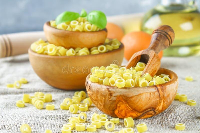 Ditalini makaroni Pastacirklar Tubettini och fingerborg Anellini fotografering för bildbyråer