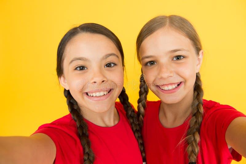 Dites le fromage Filles d'enfant prenant la photo Visages heureux d'enfants d'enfants Concept visuel d'appel Appareil-photo de vi images libres de droits