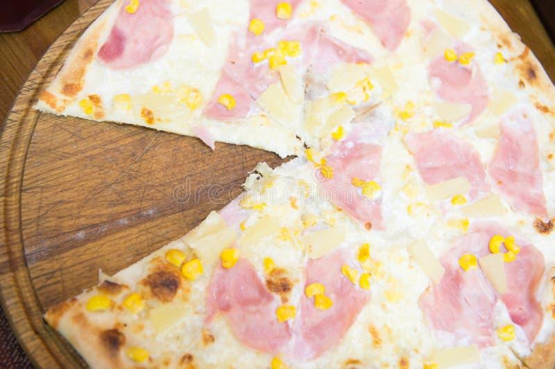 Dites oui à la pizza Pizza italienne avec la tranche coupée servie dans la pizzeria Pizza cuite avec des écrimages de fromage et  images libres de droits