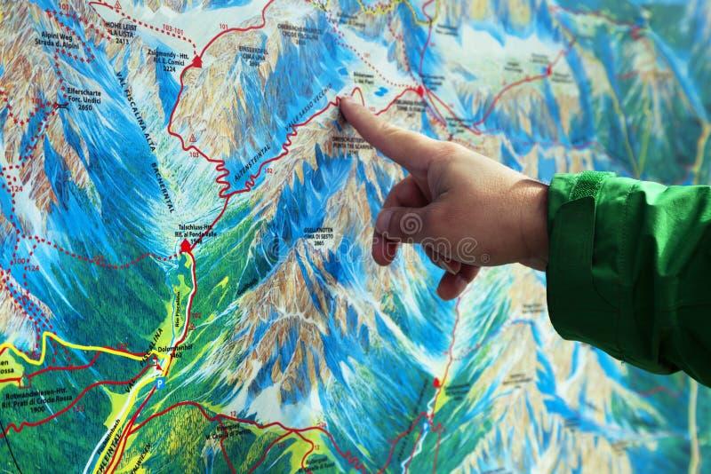 Dito che indica su una mappa di trekking immagini stock libere da diritti