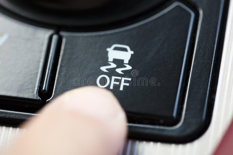 Dito che preme il bottone del sistema di controllo della trazione fotografia stock