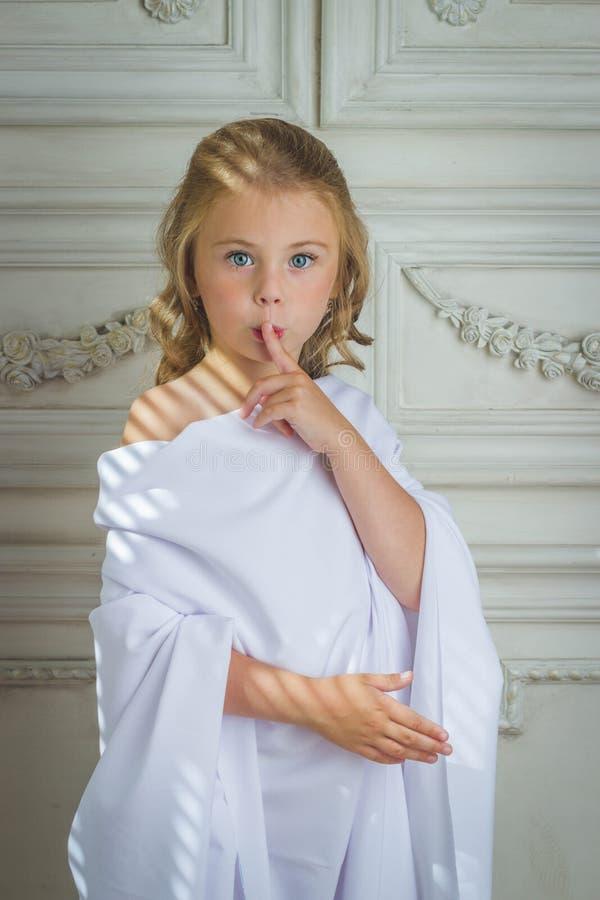 Dito di sonno della bambina di angelo della bambina in bocca immagine stock