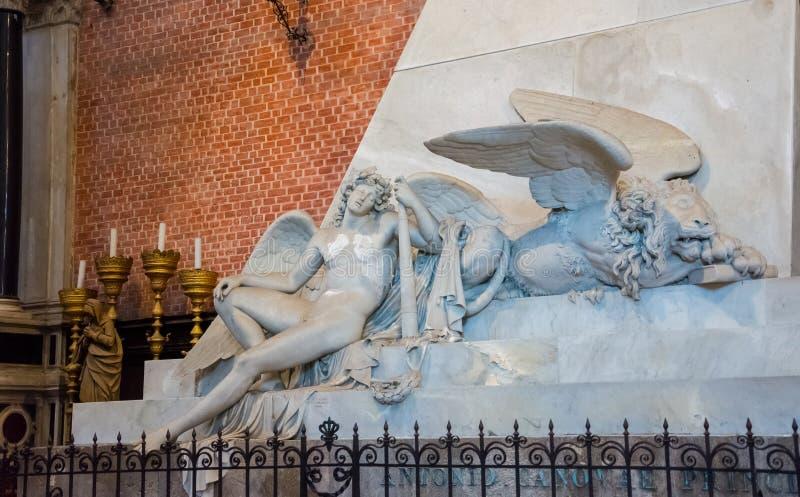 ?ditorial Juin 2019 Venise, Italie Fragment du monument consacré à Canova à l'intérieur des Di Santa Maria de basilique image libre de droits