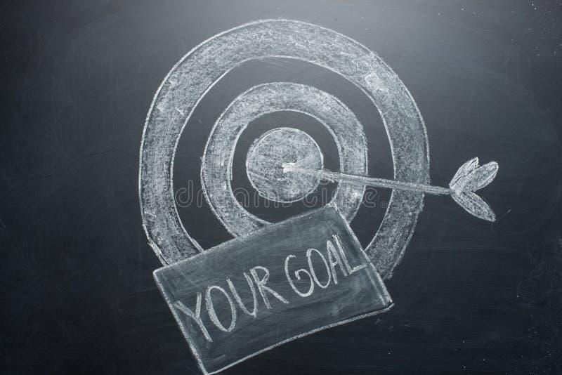 ditt mål är en inskrift med ett mål på brädet Begreppet av att segra i affär och att uppnå målet royaltyfri foto
