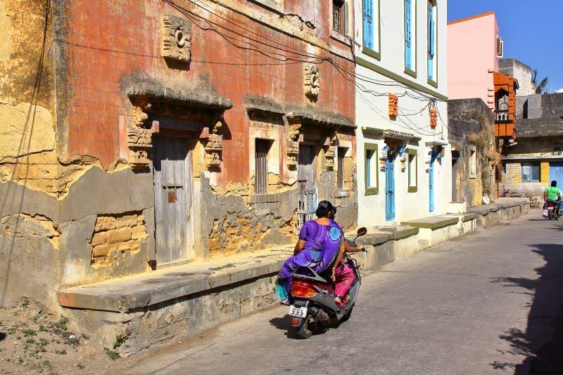 DIU, ÍNDIA - 7 DE JANEIRO DE 2014: Construções coloniais portuguesas velhas na ilha de Diu foto de stock royalty free