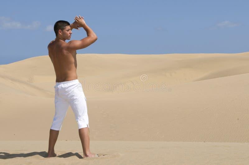 diuna człowiek pustynnego umięśniony spodni white obrazy royalty free
