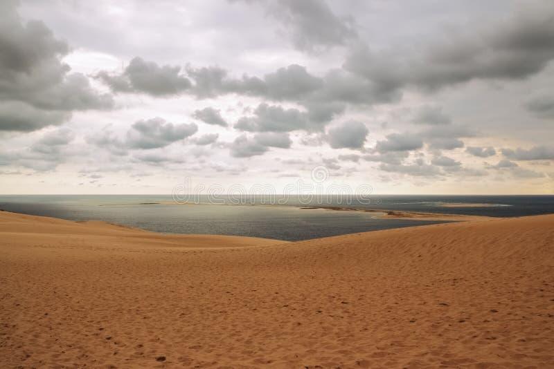 Diuna Pilat, widok nad chmurnym niebem i oceanem obraz stock