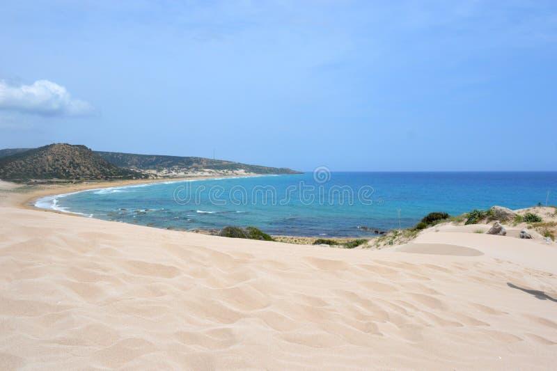 Diuny przy wybrzeżem morze śródziemnomorskie wymieniający Złoty Wyrzucać na brzeg z białym piaskiem i grżą fala przy Karpaz teren fotografia stock