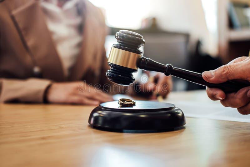 Divórcio no martelo do juiz que decide, consulta da união entre a foto de stock